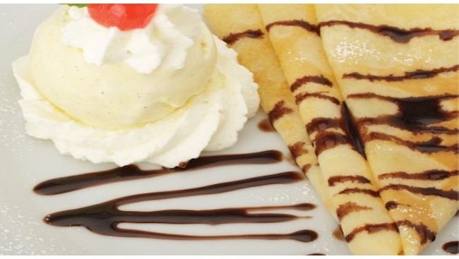 Блины с мороженым и шоколадным соусом
