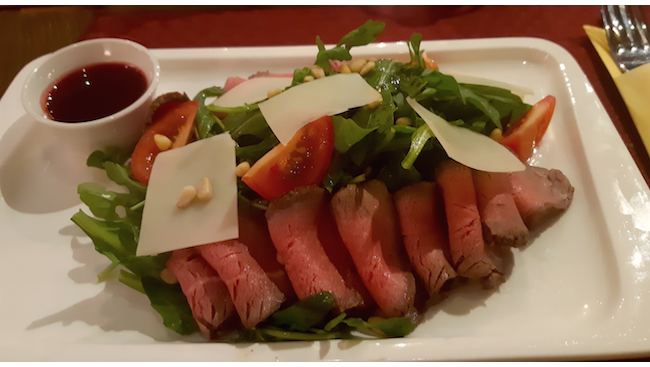 Салат из рукколы с ростбифом под клюквенной заправкой